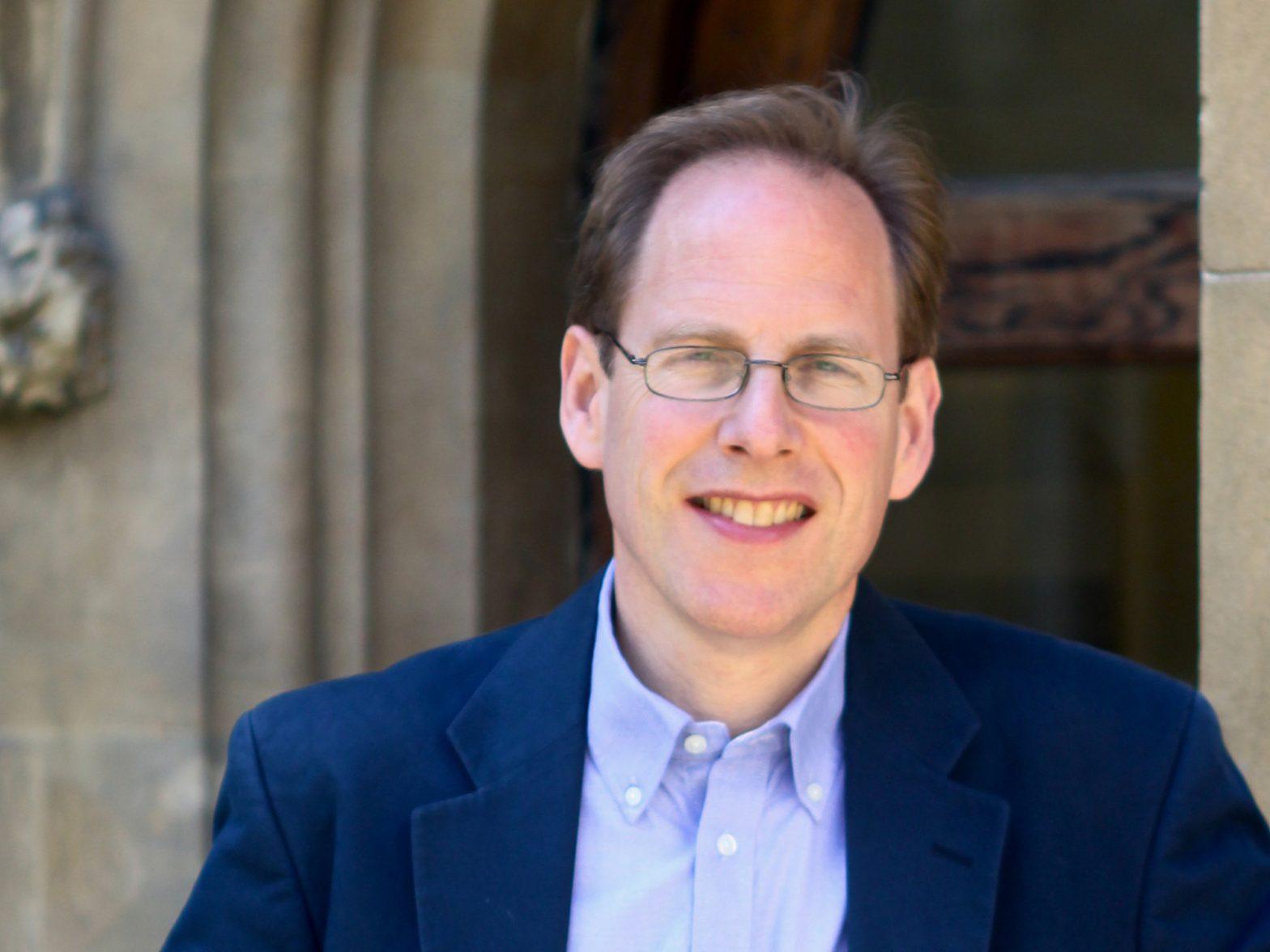 サー・サイモン・バロン=コーエン教授 (Sir Simon Baron-Cohen), ケンブリッジ大学、発達精神病理学科教授、自閉症センター長
